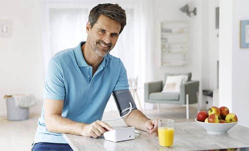 hombre con un tensiometro de brazo barato
