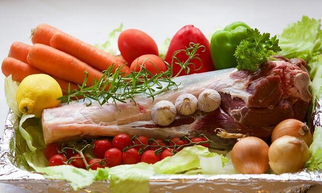 carne roja con verduras frescas