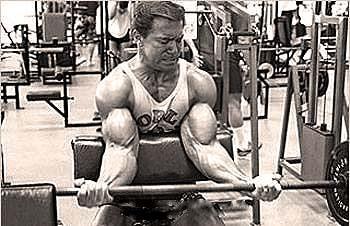 Larry scott entrenando biceps
